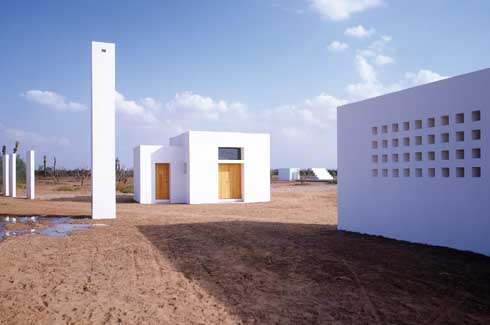 At the edge closest to the road to Marrakech is the double garage that attentively includes the caretaker's dwelling and has two attached cubes.