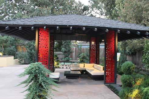 Glassman and his team gave the tea house a new lease of life by opening it up, installing new laser cut decorative steel panels, adding a new roof and painting the structure a bright red.