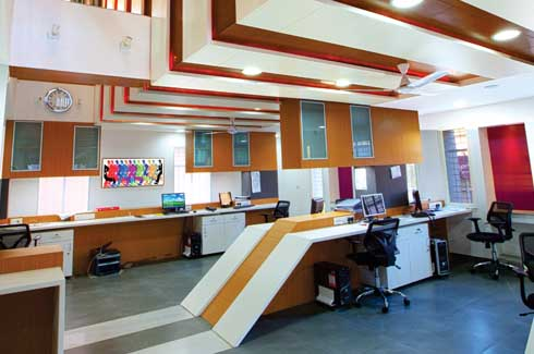 The entrance is right below the cut-out and gives a miniscule, yet complete image of the office dynamics. Linear patterns network vertically and horizontally, creating what the architect describes as his 'favourite space', where one can see through and through till the skylight from which light comes streaming in.