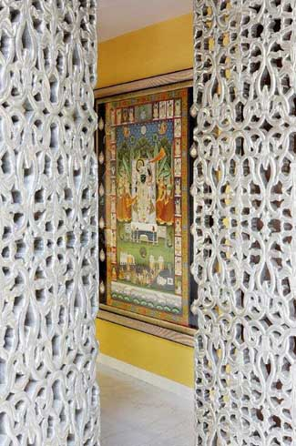 The property also houses a Mandir, not to meintion the intricate pattern on the doors which gives this space a temple like demeanour.