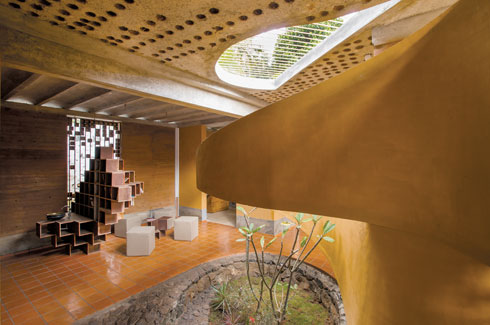 Wallmakers, Kerala, bungalow out of waste, Vinu Daniel, eco-friendly architects, mud buildings, Auroville Earth Institute.